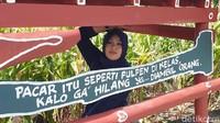 Di lokasi wisata ini ada berbagai macam spot-spot selfie yang terbuat dari kayu dilengkapi dengan kalimat yang lucu dan menggelitik. (Hasrul Nawir/detikcom)