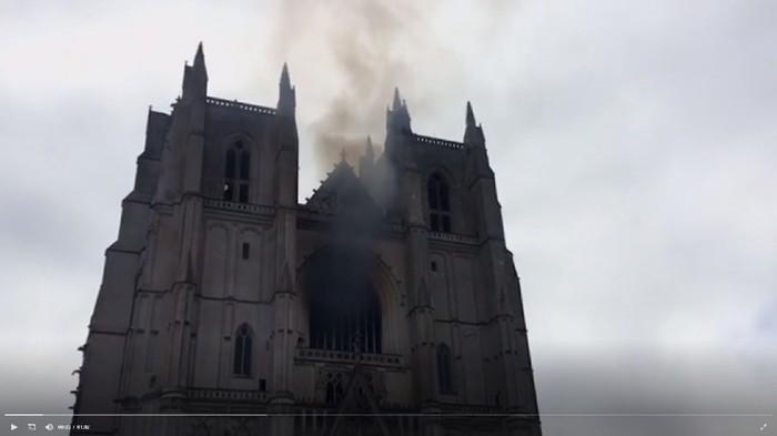 Katedral Bersejarah di Prancis Terbakar