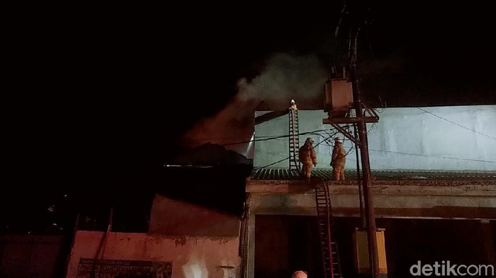 Sebuah toko bangunan di Jalan Raya Ngasinan, Desa Kepatihan, Kecamatan Menganti terbakar. Kebakaran terjadi sejak pukuul 19.00 WIB.