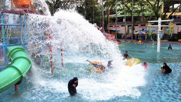 Sejumlah taman rekreasi di Bogor mulai dibuka kembali dengan terapkan protokol kesehatan. Salah satunya adalah The Jungle Waterpark.