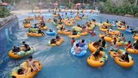 Sejumlah pengunjung bermain wahana air di The Jungle Waterpark, Kota Bogor, Jawa Barat, Sabtu (18/7/2020).
