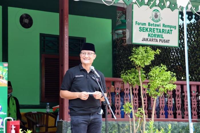 Menteri Sosial Juliari P. Batubara bertemu dengan sejumlah tokoh Forum Betawi Rempug (FBR), di Pusat Wisata Kuliner Jakarta Tenteram Sejahtera (JTS), Sabtu (18/07/2020). Dalam kesempatan itu, selain mendistribusikan paket sembako Bantuan Presiden, Mensos juga mengajak warga Betawi menjadi agen perubahan di era kenormalan baru.