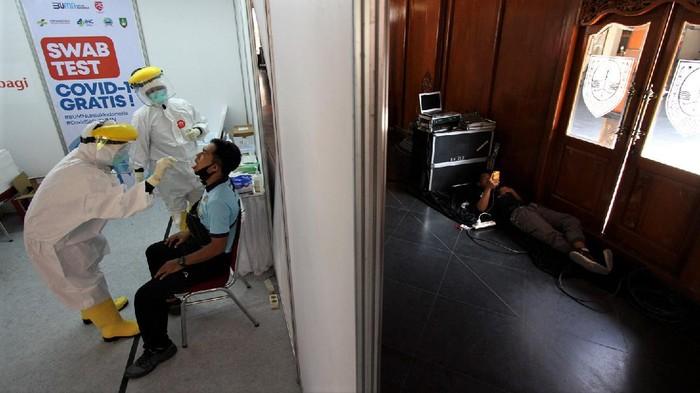 Ribuan warga Solo menjalani tes swab di Balai Kota  pada akhir pekan. Tes swab tersebut digelar sebagai upaya untuk atasi penyebaran virus Corona.