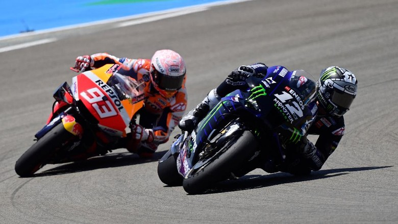 Repsol Honda Teams Spanish rider Marc Marquez (L) competes with Monster Energy Yamaha Spanish rider Maverick Vinales during the MotoGP race of the Spanish Grand Prix at the Jerez racetrack in Jerez de la Frontera on July 19, 2020. (Photo by JAVIER SORIANO / AFP)