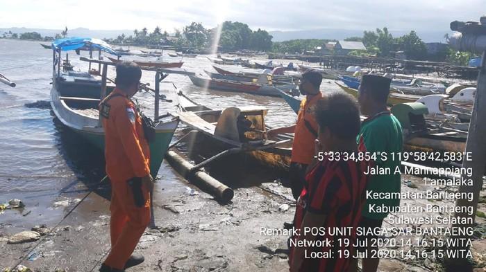 Nelayan di Bulukumba, Sulawesi Selatan, Firdaus selamat usai kapalnya terbalik karena ombak.