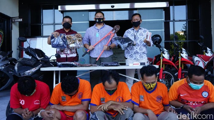 Polisi menangkap komplotan pembobolan gudang dan showroom mobil di Surabaya. Ada lima orang yang sudah jadi tersangka.