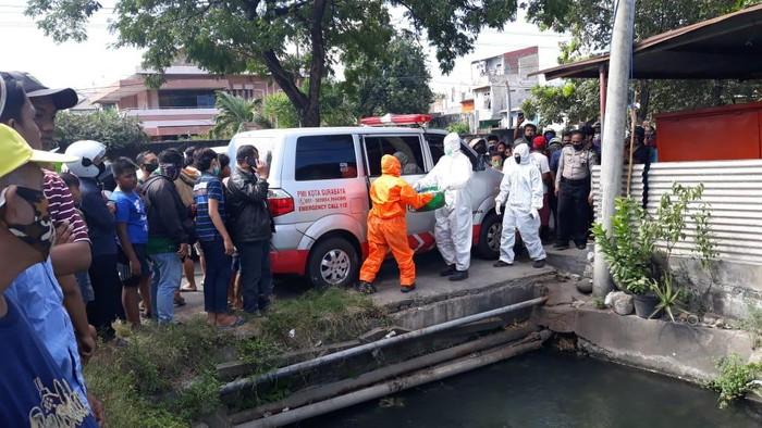 Mayat bayi perempuan ditemukan di dekat sebuah pintu air di Surabaya. Bayi itu terbalut handuk dan dibungkus plastik warna hitam dalam sebuah kardus.