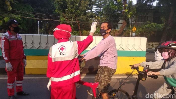 petugas melakukan pengecekan suhu terhadap pengunjung yang datang ke CFD di JLNT Antasari