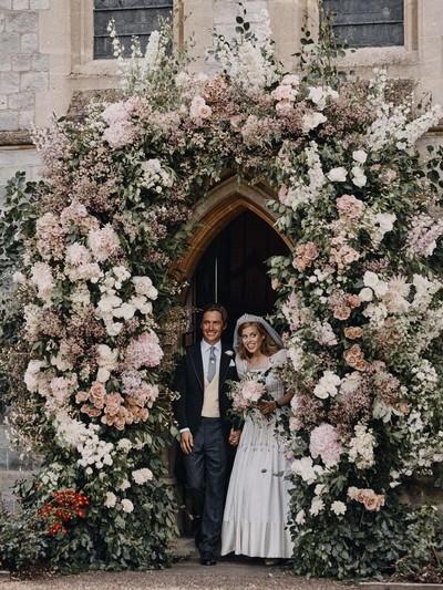 Putri Beatrice dan Edoardo Mapelli Mozzi menikah di Royal Chapel of All Saints di Royal Lodge, Windsor, Inggris.