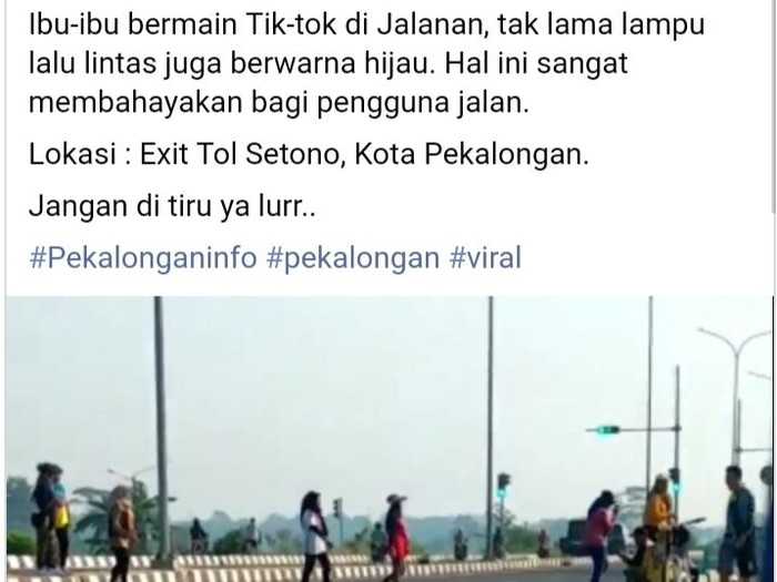 7 Emak-emak viral sebrang jalan Exit Tol Setono, Pekalongan, Senin (20/7/2020).  (Tangkapan layar medsos)