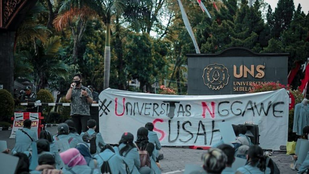 Demo #UniversitasNggaweSusah di UNS Terapkan Physical Distancing