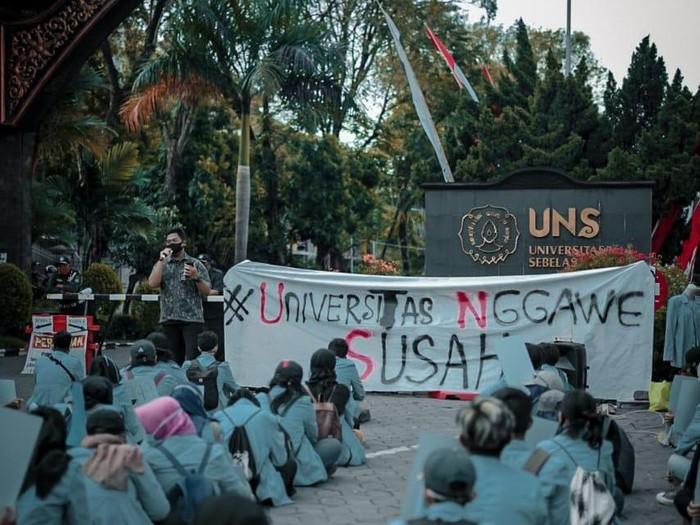 Aksi #UniversitasNggaweSusah di UNS Solo, Senin (20/7/2020)