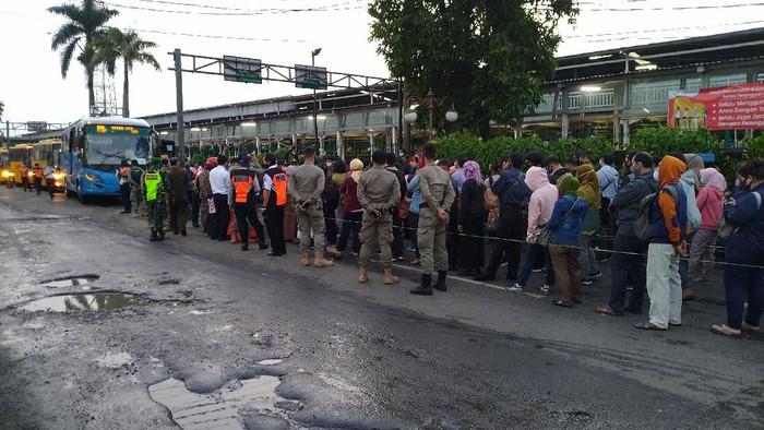 Antrean bus gratis menuju Jakarta di Stasiun Bogor (Foto: Sachril/detikcom)
