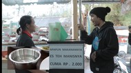 Beli Nasi Padang Sambil Nge-Rap, Pelayannya Sampai Bengong