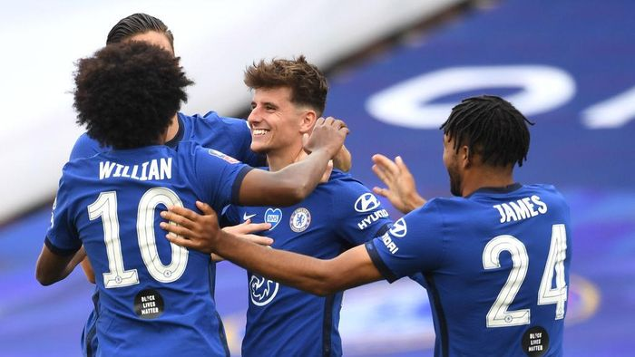 LONDON, ENGLAND - JULY 19: Mason Mount of Chelsea celebrates with his team after scoring his teams second goal during the FA Cup Semi Final match between Manchester United and Chelsea at Wembley Stadium on July 19, 2020 in London, England. Football Stadiums around Europe remain empty due to the Coronavirus Pandemic as Government social distancing laws prohibit fans inside venues resulting in all fixtures being played behind closed doors. (Photo by Andy Rain/Pool via Getty Images)