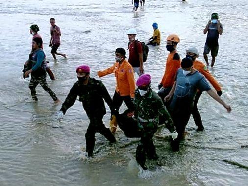 Evakuasi jenazah korban banjir Luwu Utara. (Dok Istimewa)