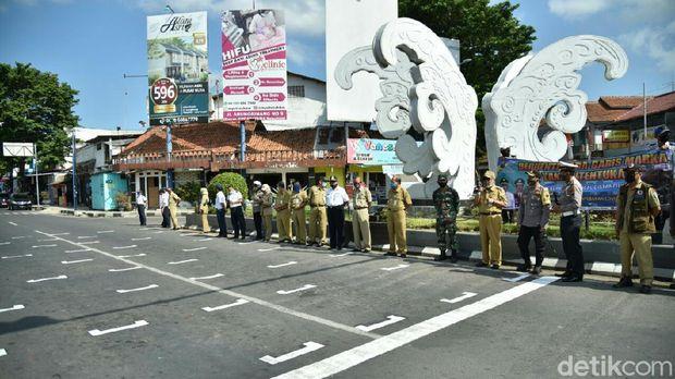 Garis marka jaga jarak di Kebumen untuk cegah COVID-19, Senin (20/7/2020).