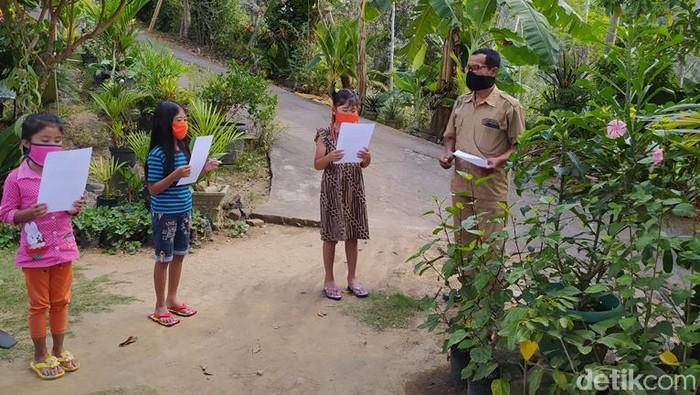 Guru SD di Magelang, Hendricus Suroto mendatangi siswanya yang kesulitan sinyal untuk belajar online, Senin (20/7/2020).