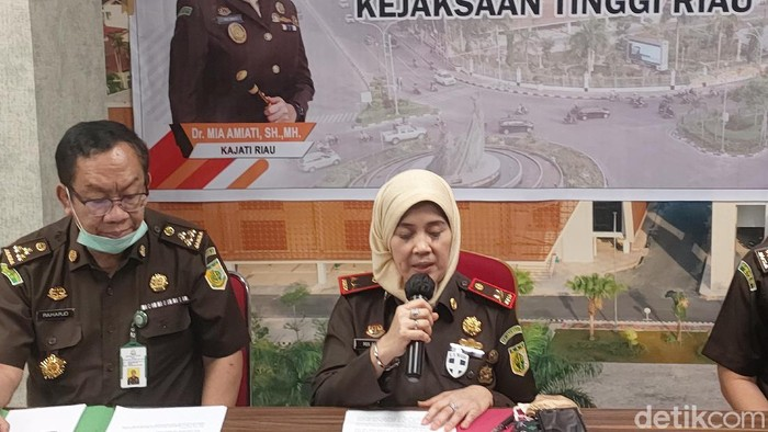 Kajati Riau, Mia Amiati.