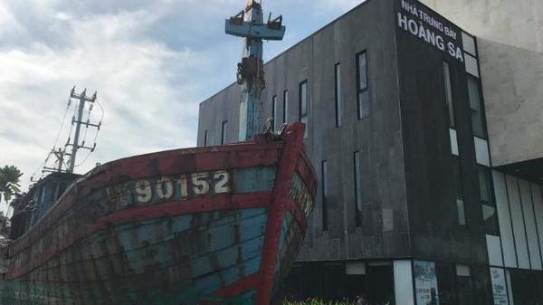 Kapal penangkap ikan 90152 terletak di luar Museum Kepulauan Paracel di Da Nang, Vietnam. Kapal itu tenggelam dalam pertempuran dengan China pada tahun 2014,kini diletakkandi luar museum sebagai bukti tuduhan tindakan represifChina.