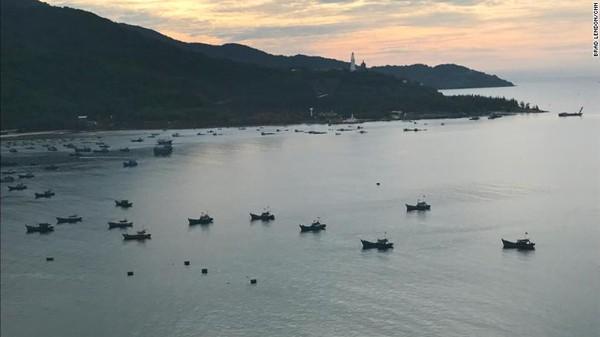 Kapal nelayan Vietnam berlabuh di sekitar pantai di Da Nang, Vietnam, tepat di seberang jalan raya dari Museum Kepulauan Paracel.Klaim sepihak pulau-pulau kecil ini bisa memutuskan hubungan antara China dan Vietnam.