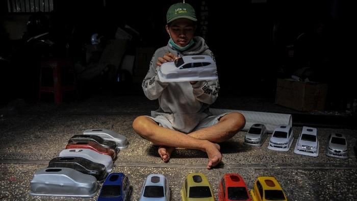 Hobi otomotif berhasil jadikan Randi Riandika sebagai wirausahawan sukses. Pria 33 tahun itu produksi tempat tisu bentuk mobil yang tembus pasar internasional
