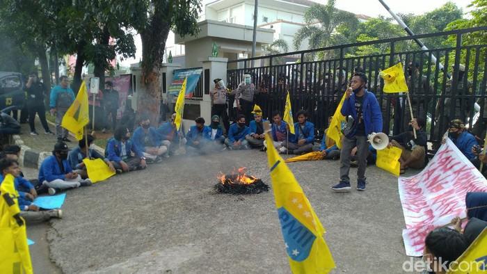 Mahasiswa Demo di Depan Kantor Dinkes Kabupaten Bogor