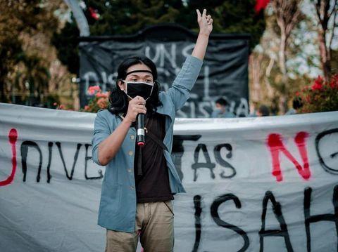 Mahasiswa UNS menggelar aksi yang mengusung tagar #UniversitasNggaweSusah. Ada 10 tuntutan yang diusung oleh para mahasiswa pada pihak kampus UNS dalam aksi itu