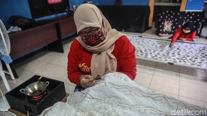 Batik Kembang Mayang adalah batik khas Kota Tangerang, Banten. Pembuatan batik tersebut mulai bergeliat kembali setelah terhenti akibat PSBB.