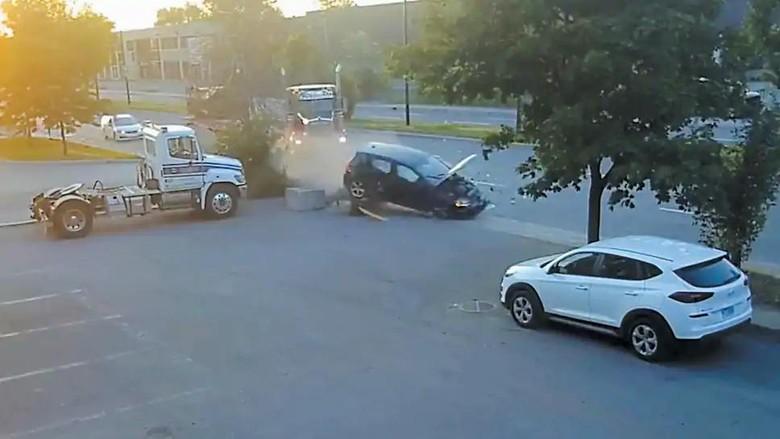 Mobil nabrak truk yang mau parkir