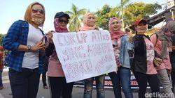 Penyanyi Dangdut di Jombang Tuntut New Normal Tanpa Physical Distancing