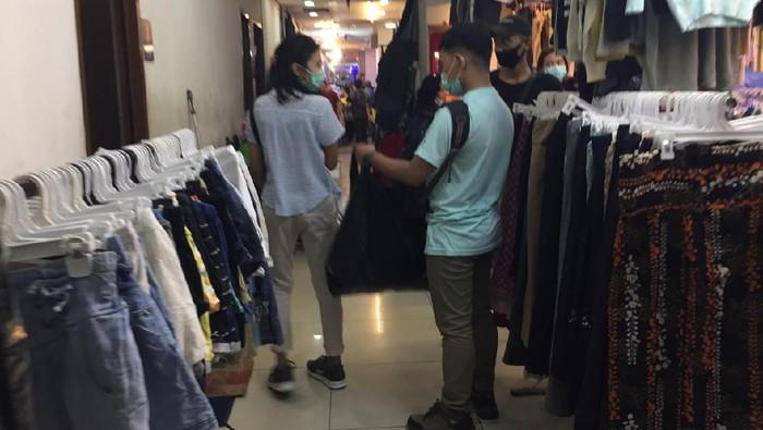 Pengunjung di Pasar Senen masih ada yang pakai kantong plastik