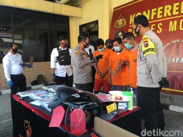 Perampok uang milik pabrik jaring ikan PT Daiyang Jaya Abadi berhasil diringkus. Dua pelaku ditembak polisi pada bagian kakinya karena melawan saat ditangkap.
