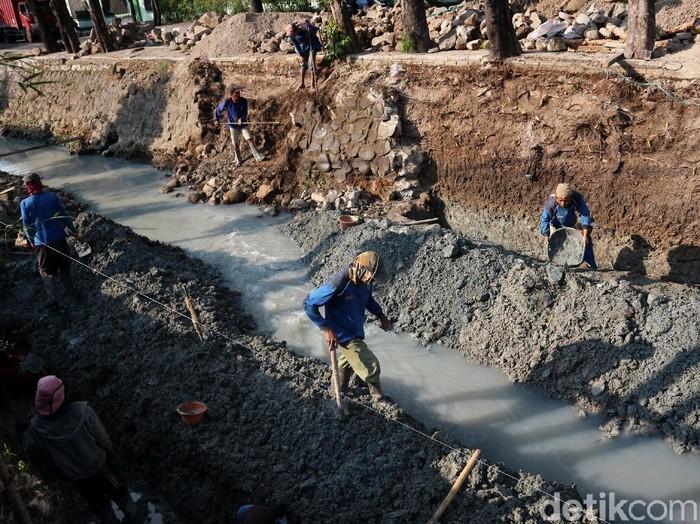 Proses pengerjaan perbaikan turap di Kali Utan Kayu terus dikebut. Perbaikan turap itu ditargetkan rampung pada akhir Agustus 2020 mendatang.