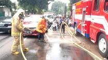 Video Pembersihan Tumpahan Oli di Cibubur, Lalin Sempat Tersendat