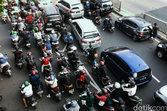 Sejumlah ruas jalan di DKI Jakarta kembali terjadi kemacetan, meski pelaksanaan Pembatasan Sosial Berskala Besar (PSBB) untuk menekan penyebaran virus Covid-19 (Corona) di wilayah ibu kota masih berlangsung. Seperti terlihat kemacetan mengular panjang di Jalan Basuki Rachmat, Jakarta Timur, Senin (20/7/2020).