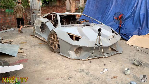 Lamborghini ini terbuat dari kardus dan barang bekas seadanya.