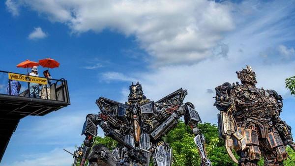 Biasanya wisatawan yang datang menyempatkan diri untuk berselfie dengan para robot. Mereka harus menaiki beberapa anak tangga. (AFP)