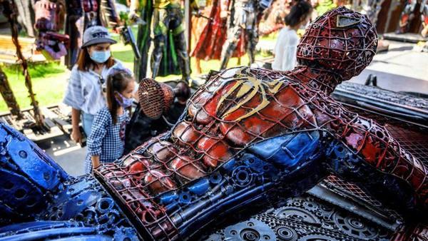 Karakter superhero Spiderman juga dibuat semirip mungkin dengan yang ada di film (AFP)