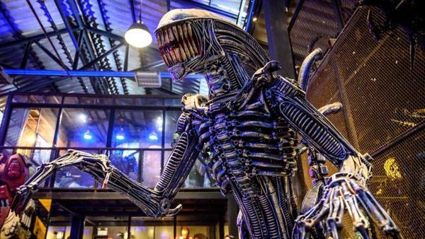 Bentuk robot menyeramkan ini terinspurasi dari seri film berjudul Alien (AFP)