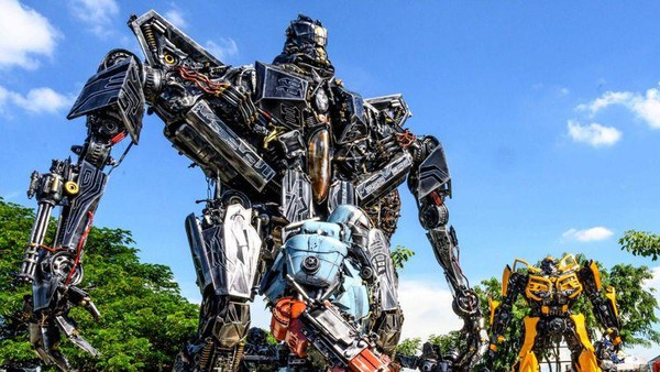Ada yang berbentuk Transformers dengan ukuran hingga 8 meter. (AFP)