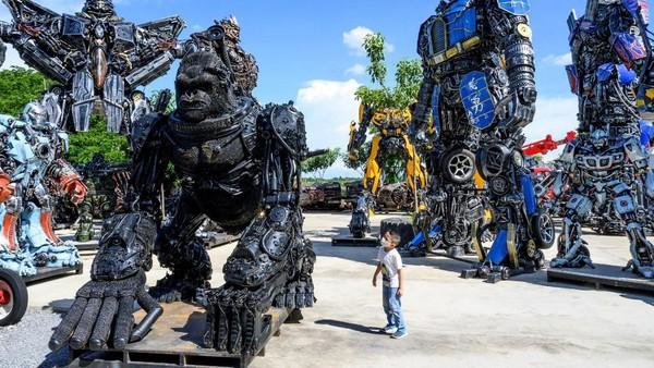 Robot-robot dibuat semirip mungkin dengan berbagai karakter yang terinspirasi dengan film Hollywood. (Mladen Antonov/AFP)