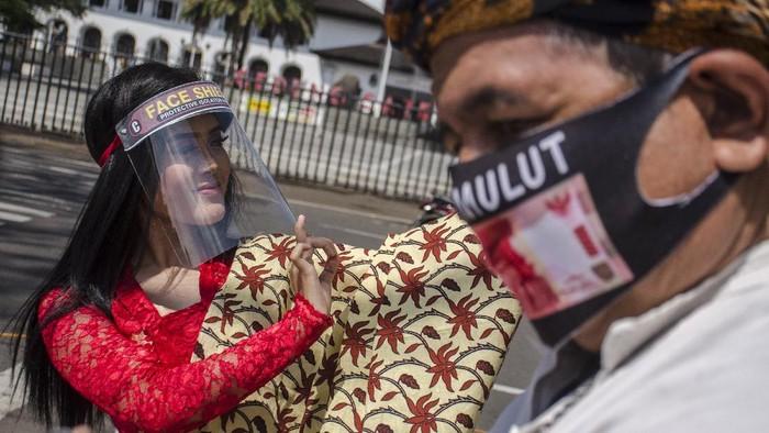 Sejumlah seniman gelar aksi damai di depan Gedung Sate, Bandung. Dalam aksi itu para seniman pentaskan Tari Kidung Panjurung dengan terapkan protokol kesehatan.
