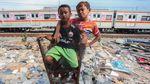 Senyum Anak-anak di Bongkaran Rumah Kampung Bandan