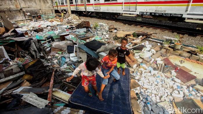 Sejumlah anak bermain di bongkaran rumah bantaran rel kawasan Emplasemen Stasiun Kampung Bandan, Jakarta Utara, Senin (20/7/2020).