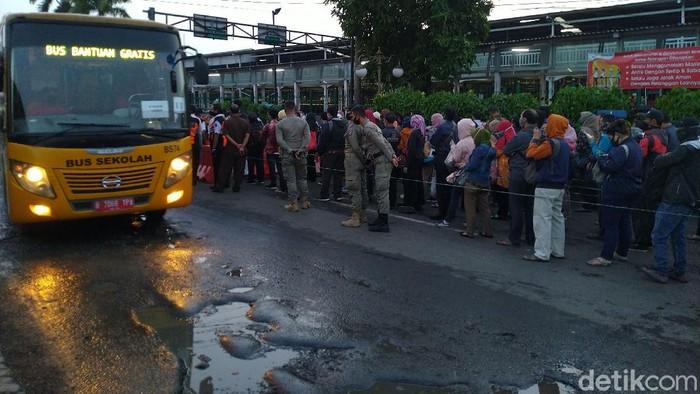 Stasiun Bogor, muncul antrean calon penumpang bus gratis ke Jakarta. (Sachril AG/detikcom)
