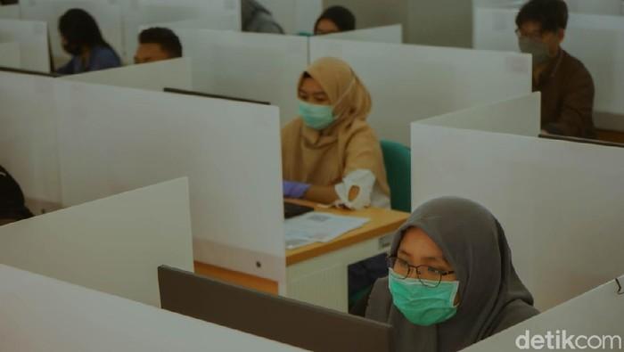 Ujian Tulis Berbasis Komputer (UTBK) tahap II di Universitas Airlangga (Unair) Surabaya dimulai. Total ada 12.040 peserta yang akan mengikuti tes selama 10 hari ke depan.