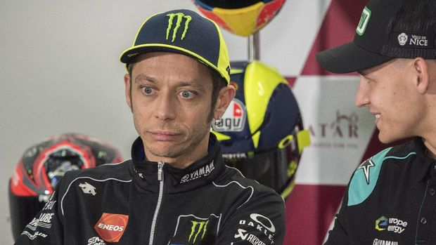 DOHA, QATAR - MARCH 07:  Valentino Rossi of Italy and Yamaha Factory Racing looks on and jokes with Fabio Quartararo of France and Petronas Yamaha SRT (R) during press conference pre-event during MotoGP of Qatar - Previews at Losail Circuit on March 07, 2019 in Doha, Qatar. (Photo by Mirco Lazzari gp/Getty Images)