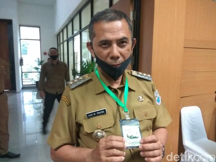Wali Kota Bandung Ajay pakai kalung antivirus