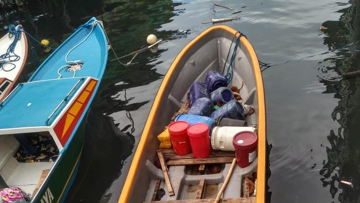 warga papua nugini yang terombang-ambing di laut, ilustrasi perahu tenggelam